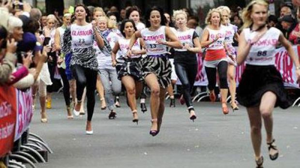 O competitie feminina, alergatul pe tocuri